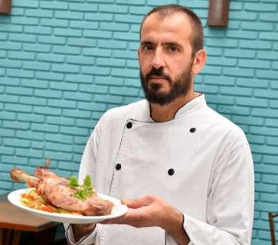 Chef espanhol Alberto Navarro, que assina menu do Patio Jabô, com o prato exclusivo do cordeiro assado.