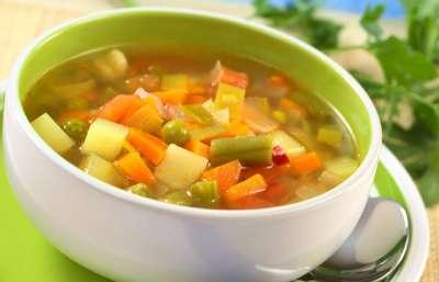 Prato-colher-de-sopa-legumes-ervilhas-cenouras-batata-Greens